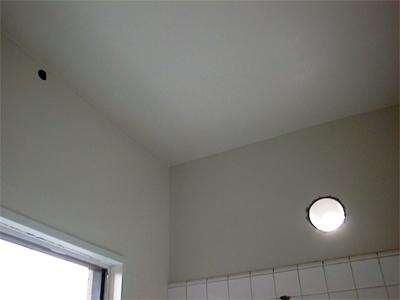 山梨県甲府市S様邸 浴室リフォーム浴室暖房機用の穴を開けました。