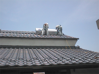 山梨県甲府市 太陽熱温水器 タンク部分が屋根に乗りました