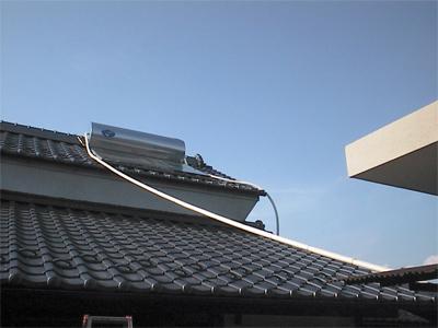 山梨県甲府市 太陽熱温水器 空中配管です