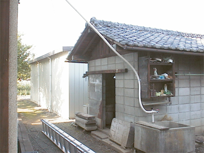 山梨県甲府市 太陽熱温水器 配管の行方は別棟でした