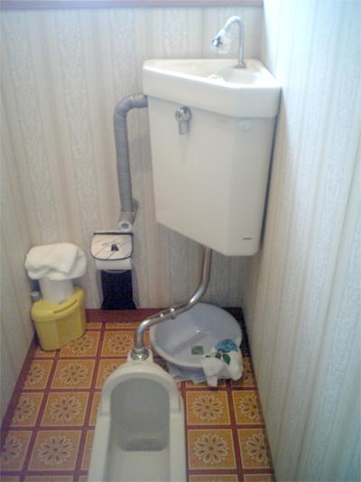 漏水しているトイレ