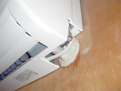 配管貫通部の隙間をパテで塞ぎます
