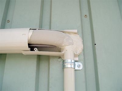 配管貫通部の隙間は外側からもパテで塞ぎます。