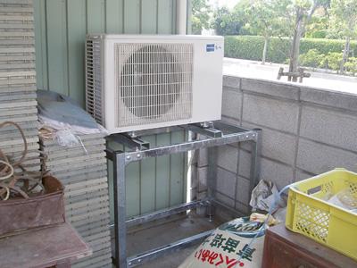 エアコン室外機も設置して配管も接続が終わりました。