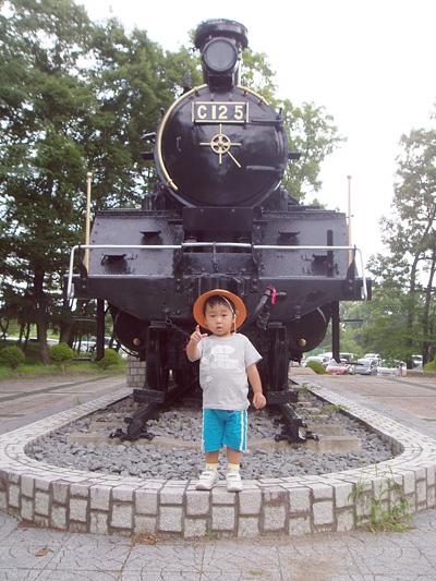 韮崎中央公園の機関車の前でハイポーズ