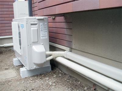 エコキュートのヒートポンプユニットと配管