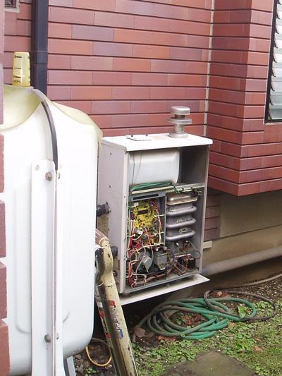エコヌクールに交換前の熱源機です。