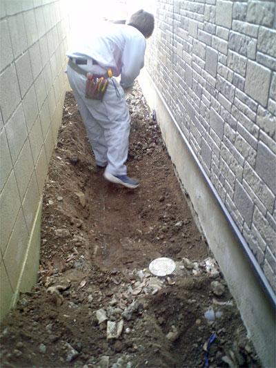 エコキュート基礎の設置場所の土を鋤取り