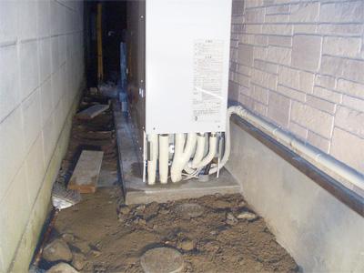 エコキュートのタンクの下の配管