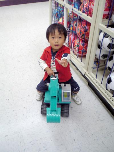 パワーショベルに乗る息子