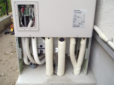 エコキュートタンクの下の配管