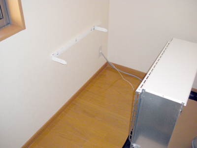 蓄熱式暖房器の転倒防止金具の取付