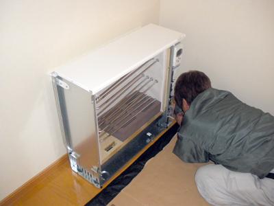 蓄熱式暖房器を床にも固定
