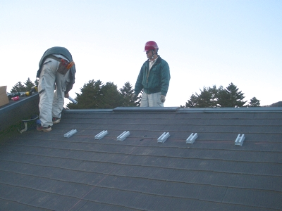 長府製作所の太陽熱温水器の集熱パネルの架台取付け工事
