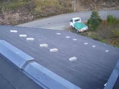 長府製作所の太陽熱温水器の集熱パネルの架台取付け完成