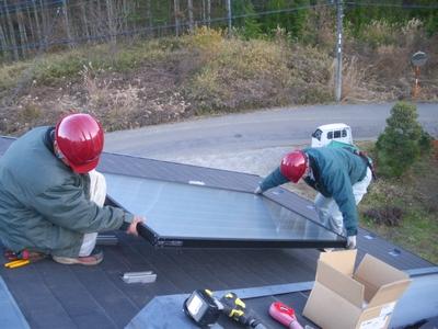長府製作所の太陽熱温水器の集熱パネル取付け工事