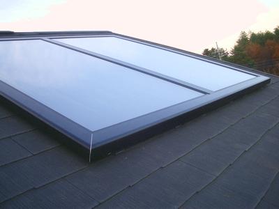 長府製作所の太陽熱温水器の集熱パネルの取付け完成